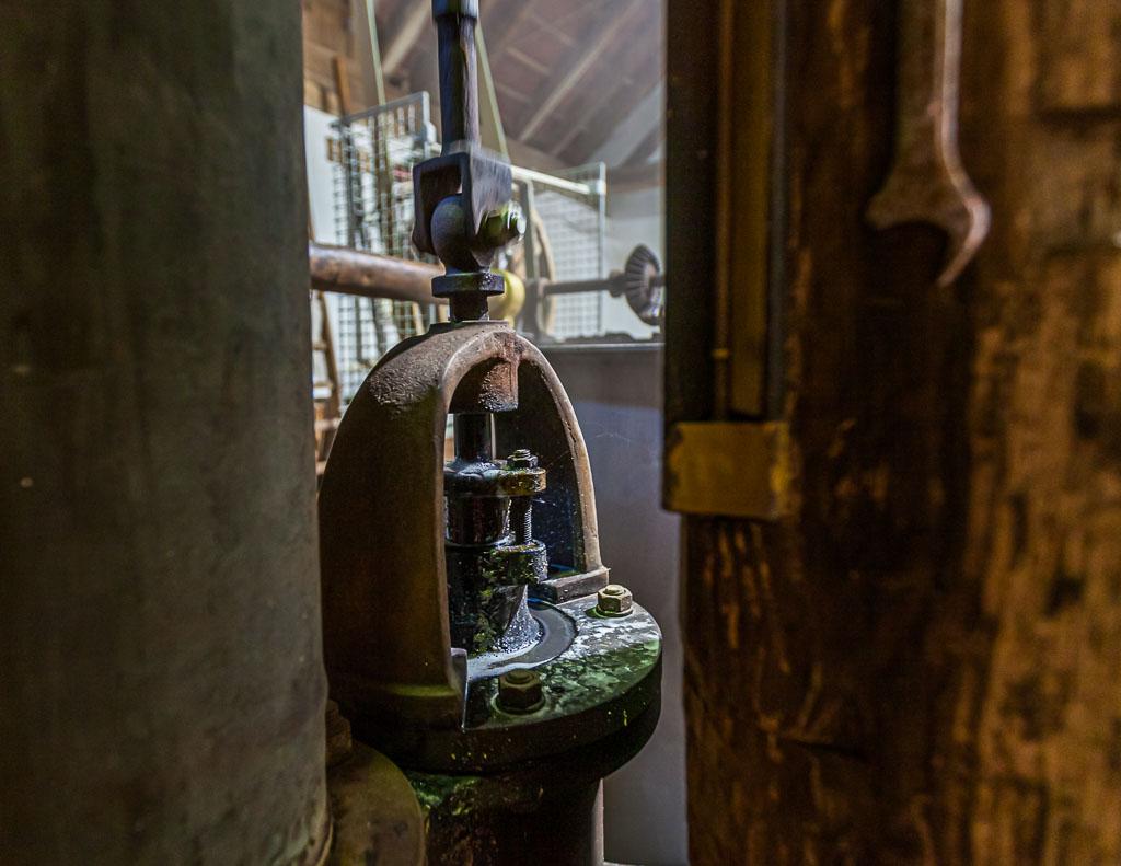 Die alte Pumpe funktioniert mit einem zuverlässigen Mechanismus, der auch heute noch vom Dorfschmied repariert werden kann / © FrontRowSociety.net, Foto: Georg Berg