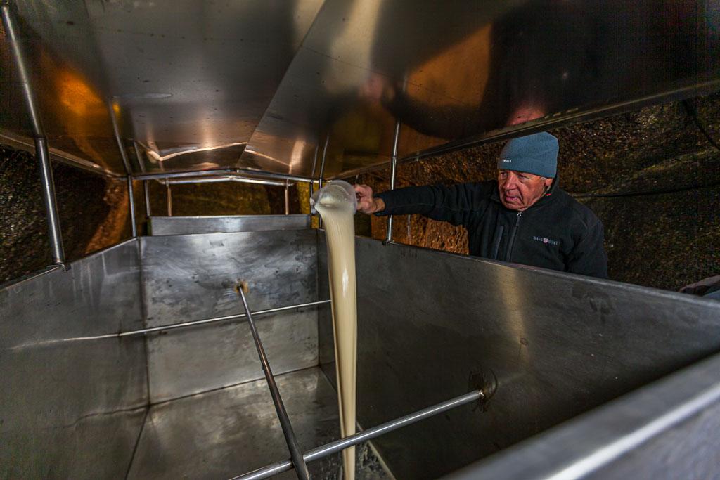 Hausbrauer Wolfgang Üblacker füllt seine flüssige Hefe als erstes in den Tank, damit sie sich anschließend gut mit der Würze mischt / © FrontRowSociety.net, Foto: Georg Berg