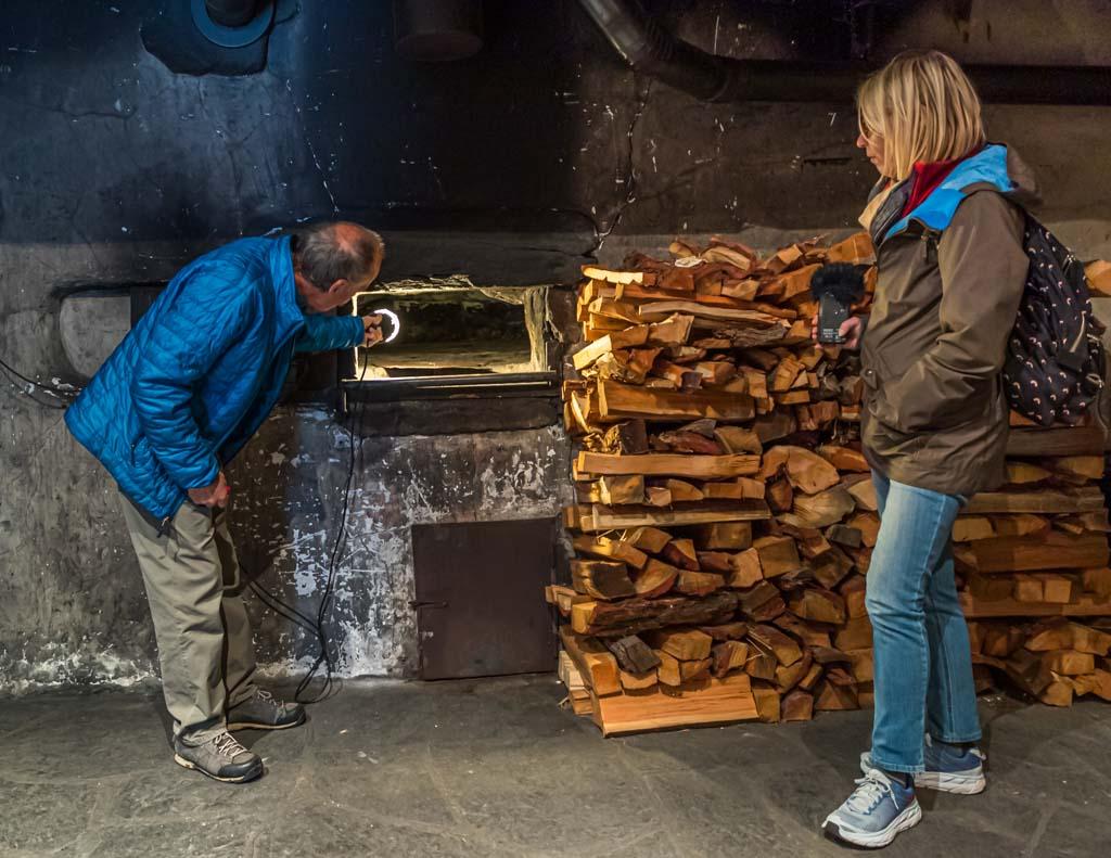 Der alte Steinofen im Bürgerhaus Erschmatt wird nur noch einmal im Jahr angeheizt. Bevor die Brote in den Ofen kommen, werden Asche und Glut entfernt. Die Hitze der Steine reicht aus, um die Roggenbrote zu backen / © FrontRowSociety.net, Foto: Georg Berg