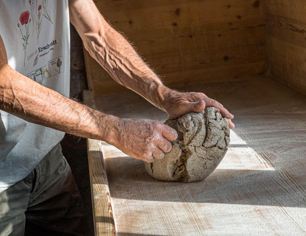 Bevor die Teilnehmer des Workshops selber Hand anlegen, zeigt Edmund Steiner wie man die Schrunde und Spalten aus dem Roggenteig arbeitet / © FrontRowSociety.net, Foto: Georg Berg