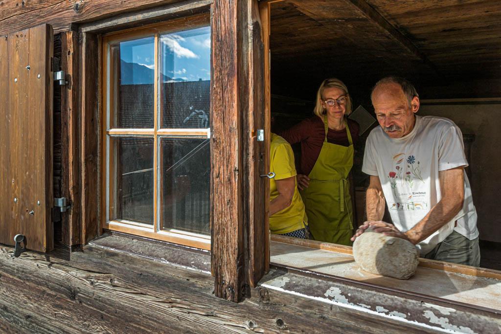 Kurzer Blick durchs Fenster in die historische Backstube. Die Backstube muss aufgeheizt werden, damit der Teig gehen kann. Der Teigansatz ist vor Beginn des Workshops schon 12 Stunden gegangen / © FrontRowSociety.net, Foto: Georg Berg
