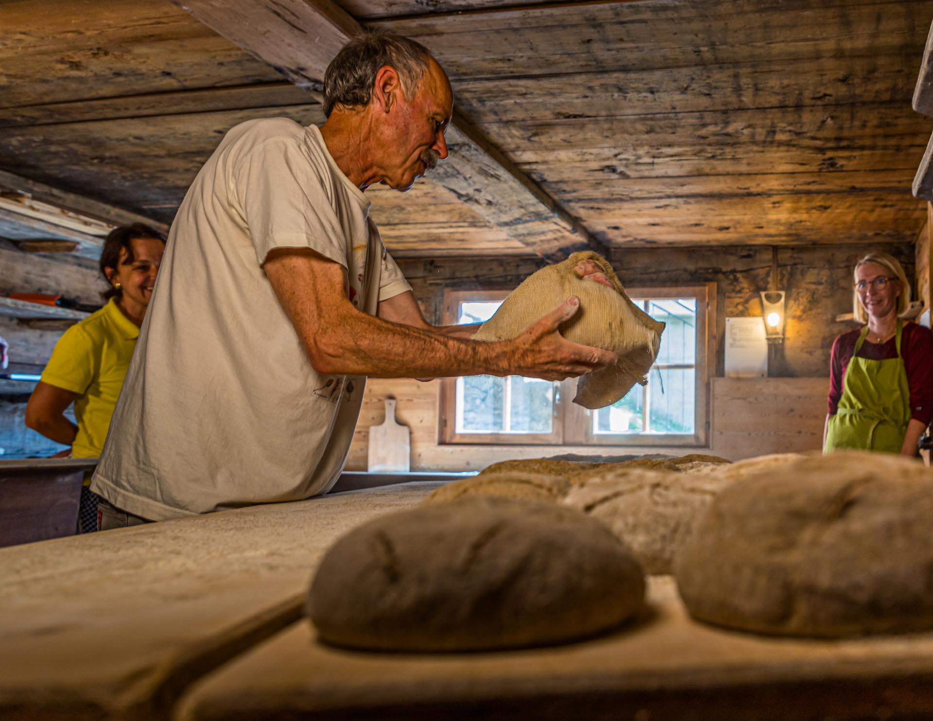 In Erschmatt werden die für das Schweizer Kanton Wallis typischen Roggenbrote gebacken / © FrontRowSociety.net, Foto: Georg Berg