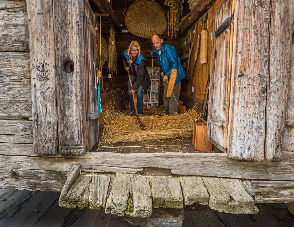 Zum Workshop gehört auch ein Rundgang durch Erschmatt. Im alten Stadel kann man noch heute Roggen dreschen / © FrontRowSociety.net, Foto: Georg Berg
