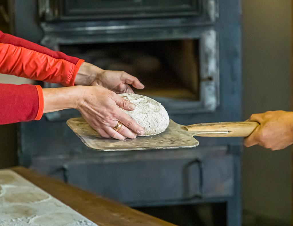 Ab in den Ofen. Bei rund 300 Grad werden die Roggenbrote gebacken / © FrontRowSociety.net, Foto: Georg Berg