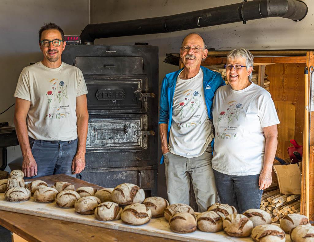 Das Team: David Da Pieve (links), ist an diesem Tag der Ofner, der den Ofen beheizt, das Brot einschießt, den Backvorgang überwacht und dafür sorgt, dass das Brot optimal gebacken wird. Edmund Steiner führt durch den praktischen Teil des Workshops. Seine Frau Marianne sorgt für die Koordination des gesamten Backerlebnisses und bereitet das gemeinsame Mittagessen vor / © FrontRowSociety.net, Foto: Georg Berg