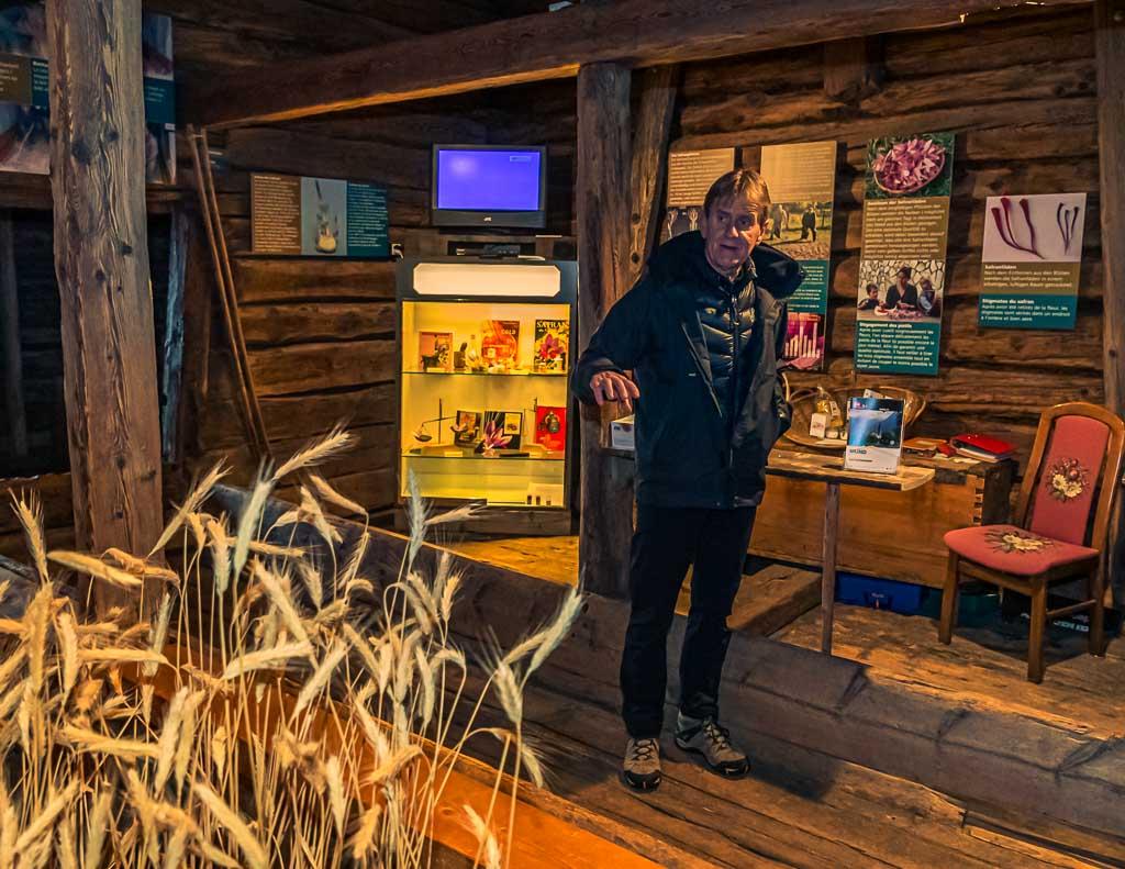Zunftschreiber Remigius Pfaffen führt durch die Ausstellung im Safran-Museum / © FrontRowSociety.net, Foto: Georg Berg