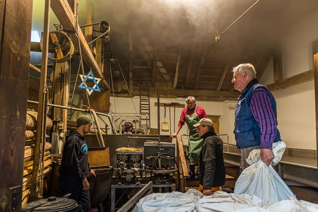 Das Malz wird von den Hausbrauern gemeinsam zum Brauhaus gebracht / © FrontRowSociety.net, Foto: Georg Berg