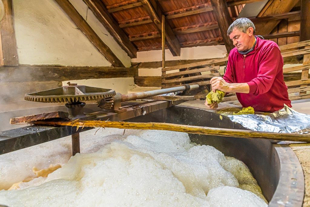 Braumeister Sepp Neuber fügt Hopfen zur Stammwürze des zukünftigen Zoigl-Bieres / © FrontRowSociety.net, Foto: Georg Berg
