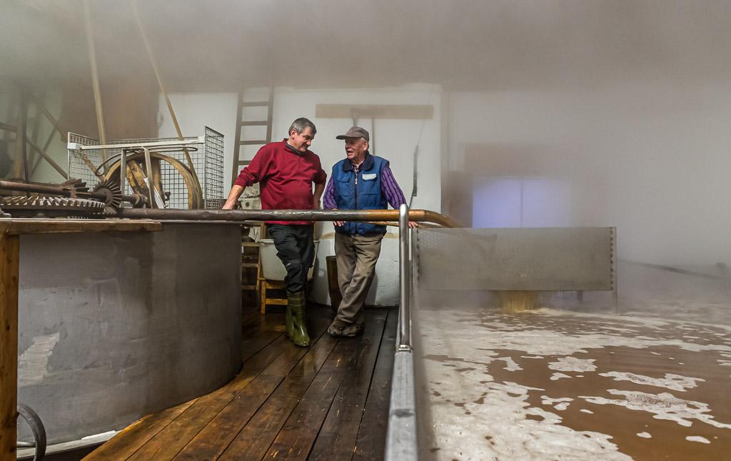 Kurz bevor sich das Brauhaus mit dichtem Nebel füllt steht Braumeister Sepp Neuber mit einem Hausbrauer am Schiff / © FrontRowSociety.net, Foto: Georg Berg