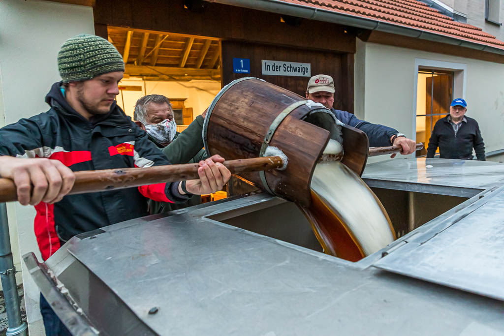 Schwungvoll wird die Stammwürze in den Tankwagen gefüllt / © FrontRowSociety.net, Foto: Georg Berg
