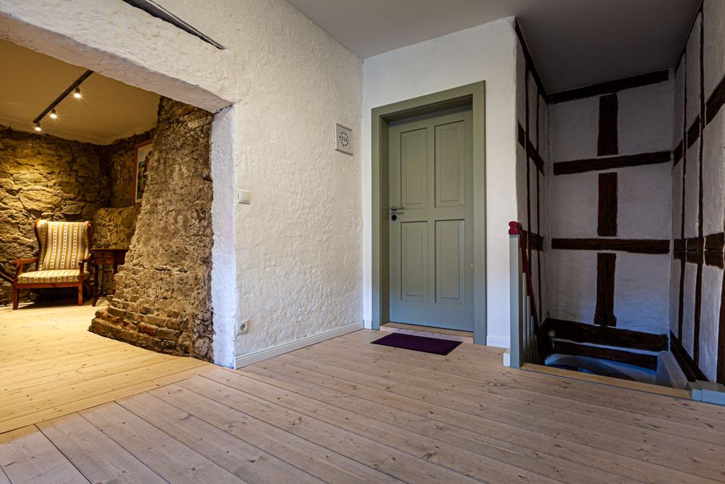 Alte Mauern freigelegt. Der Kamin im Schusterhaus war zugemauert. Die Architektin vermutete einen geheimen Raum, der schließlich auch gefunden wurde / © FrontRowSociety.net, Foto: Georg Berg