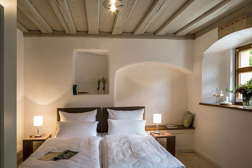 Hier hat vor langer Zeit ein Schmied gewohnt. Die vielen Wandnischen deuten auf ehemalige Fenster und Türen hin / © Petra Kellner