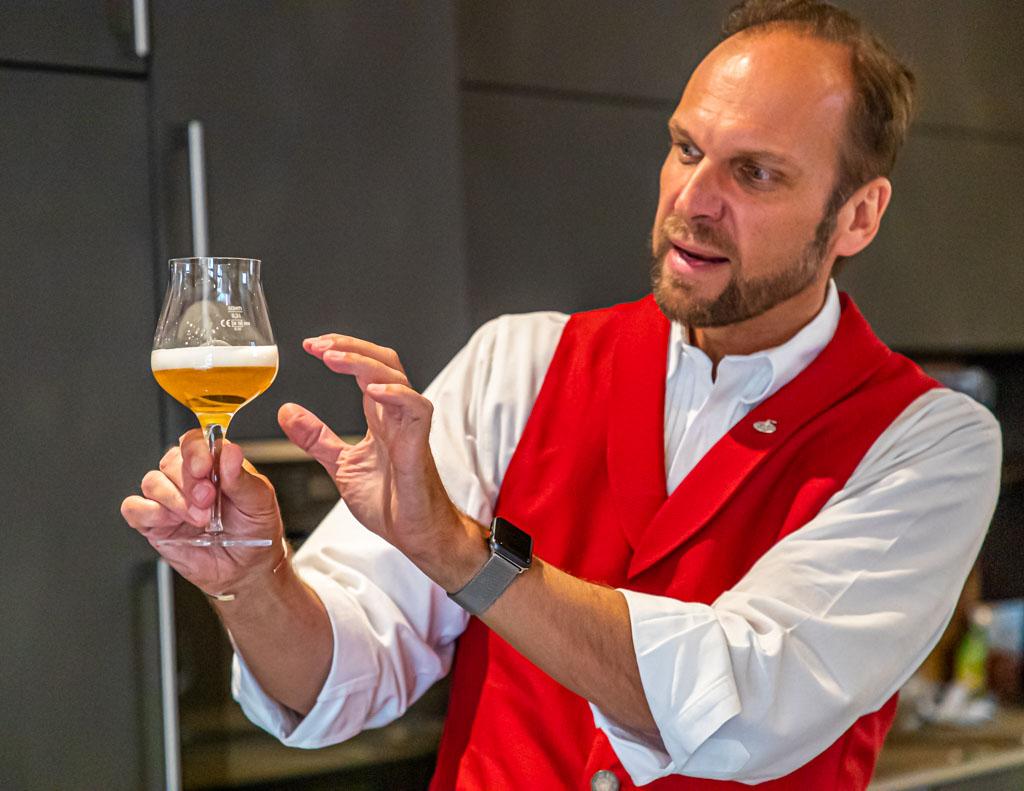 Bier-Seminar auf den Hollerhöfen. Mit dem richtigen Degustationsglas, so Bier-Sommelier Georg Hiernickel, wird die ganze Aromenfülle eines guten Bieres erlebbar / © FrontRowSociety.net, Foto: Georg Berg