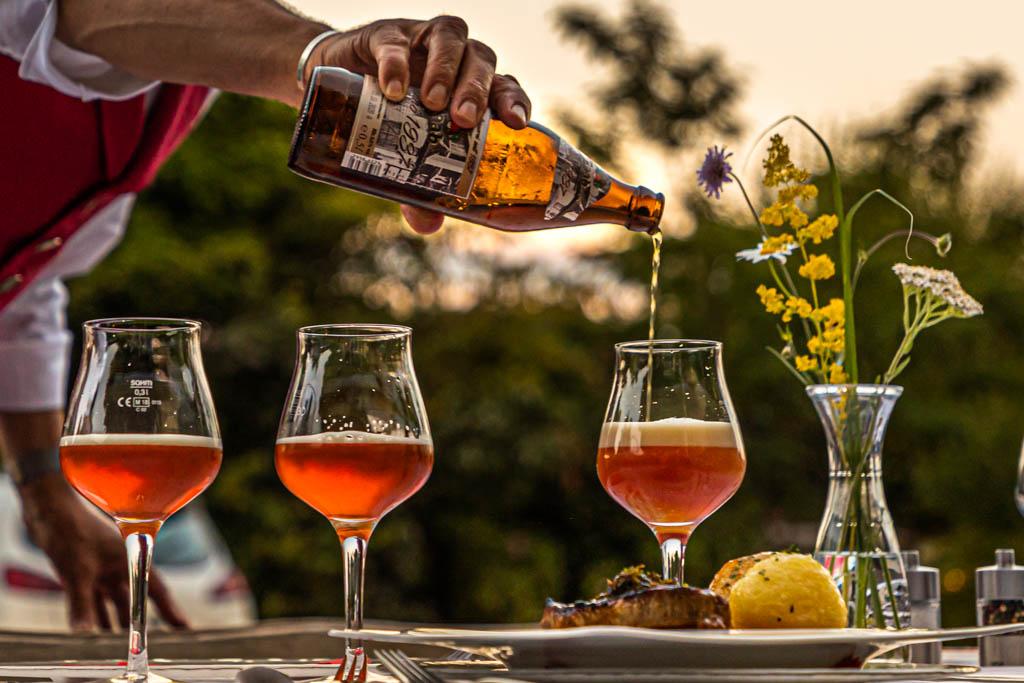 Bei gutem Wetter findet das Bier-Seminar im Garten statt; begleitet von einem Vier-Gang Menü / © FrontRowSociety.net, Foto: Georg Berg