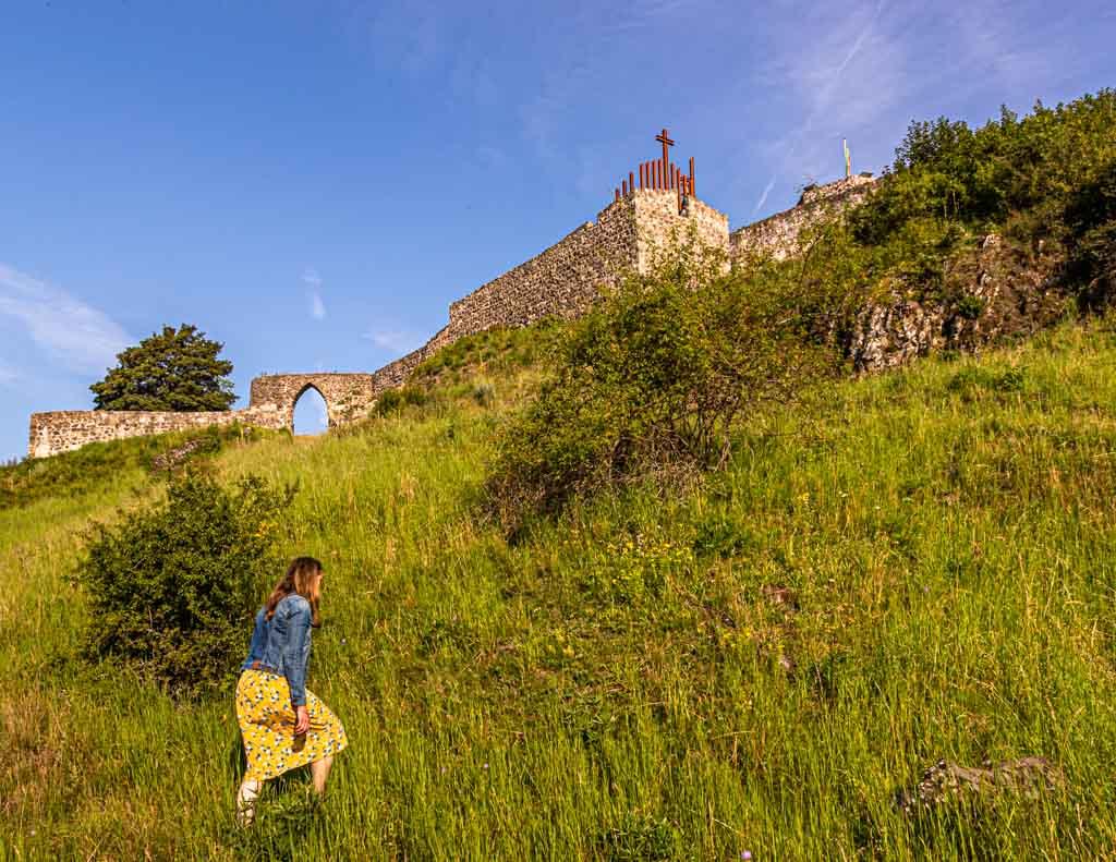 Der Weg hoch auf den Schlossberg ist bei Dorfbewohnern und Gästen gleichermaßen beliebt / © FrontRowSociety.net, Foto: Georg Berg