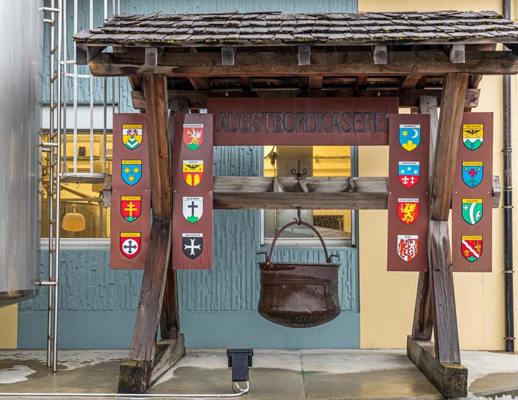 Die Augstbordkäserei in Turtmann ist auch Schaukäserei. Die Genossenschaft verbindet 16 Ortschaften; darunter Visp, Leukerbad, Albinen und Turtmann / © FrontRowSociety.net, Foto: Georg Berg