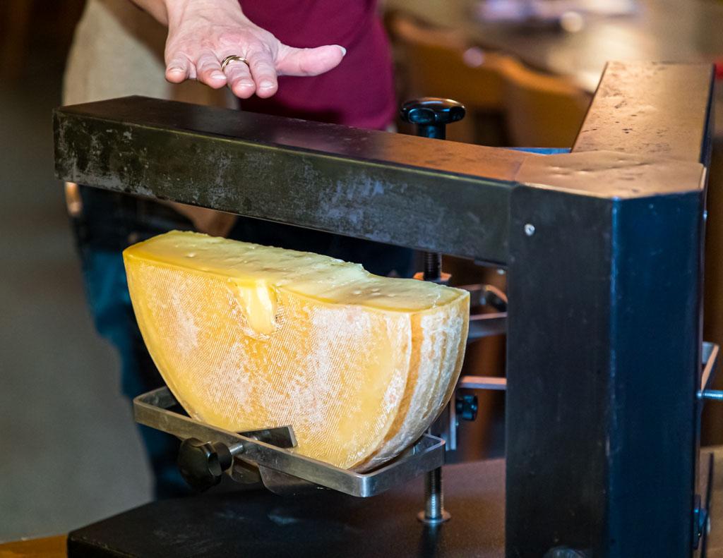 Heißes Ding! Der 3er Raclette-Ofen ist eine Art Käse-Karussell mit zwei Armen und drei Käsehalterungen. Der Käse rotiert und die Raclette-Gesellschaft bekommt stetig flüssigen Käse auf den Teller gestrichen / © FrontRowSociety.net, Foto: Georg Berg