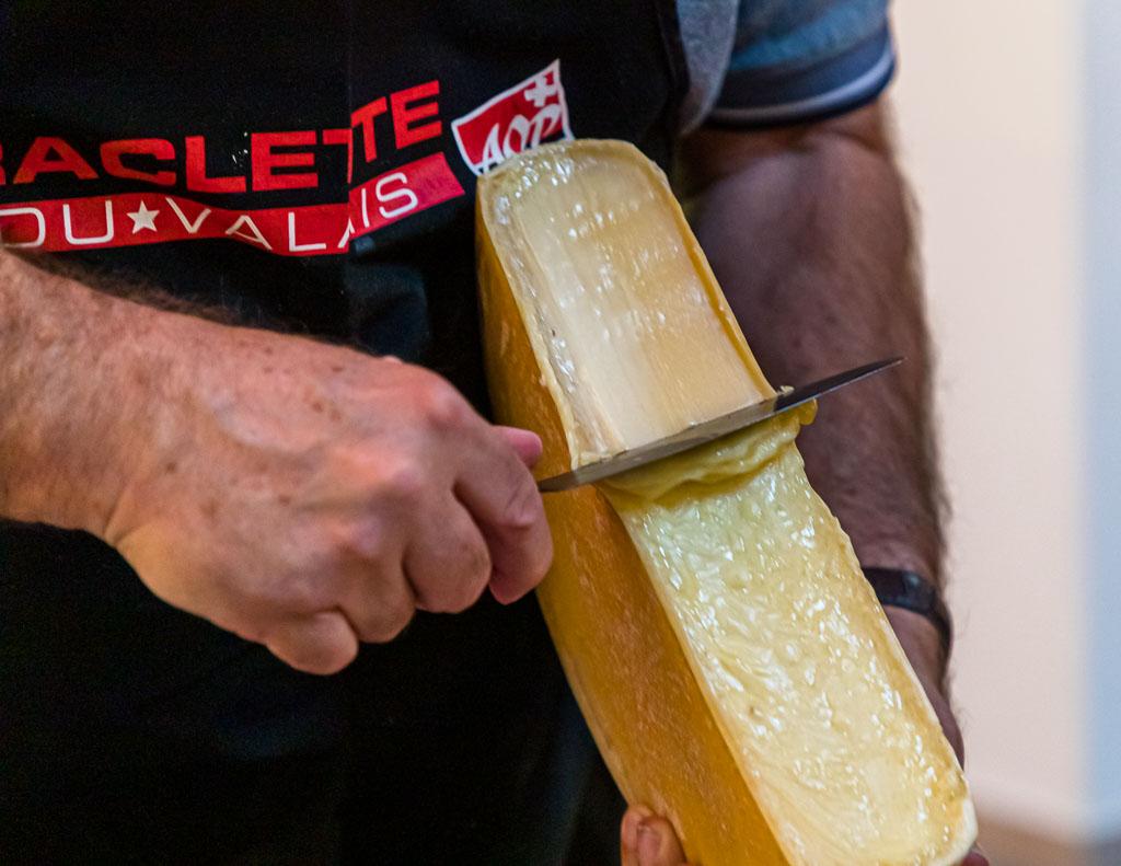 In einem Rutsch: So machen es die Profis heute und es ist auch das Lernziel beim Raclette-Praktikum in der Augstbordkäserei in Turtmann / © FrontRowSociety.net, Foto: Georg Berg
