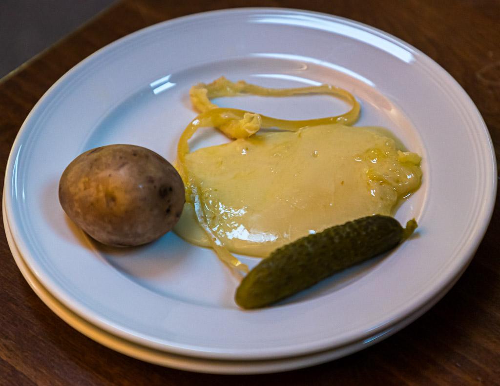 Pures Alpglück an Cornichon: Der Raclettekäse aus dem Wallis ist cremig und würzig. Er wird aus Rohmilch von Kühen, die auf Bergweiden stehen, hergestellt / © FrontRowSociety.net, Foto: Georg Berg
