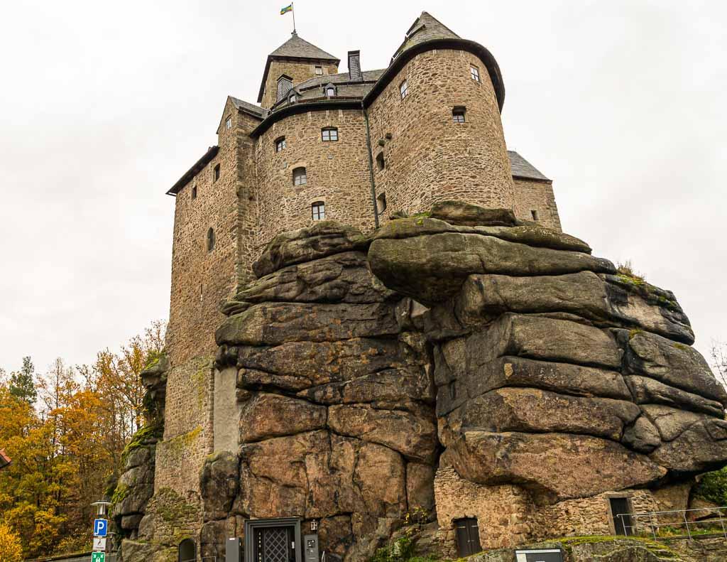 Vor über 1.000 Jahren wurde Burg Falkenberg auf einer markanten Granitformation erbaut. Heute führt ein Aufzug durch den alten Brunnenschacht in das Hotel und das Museum / © FrontRowSociety.net, Foto: Georg Berg
