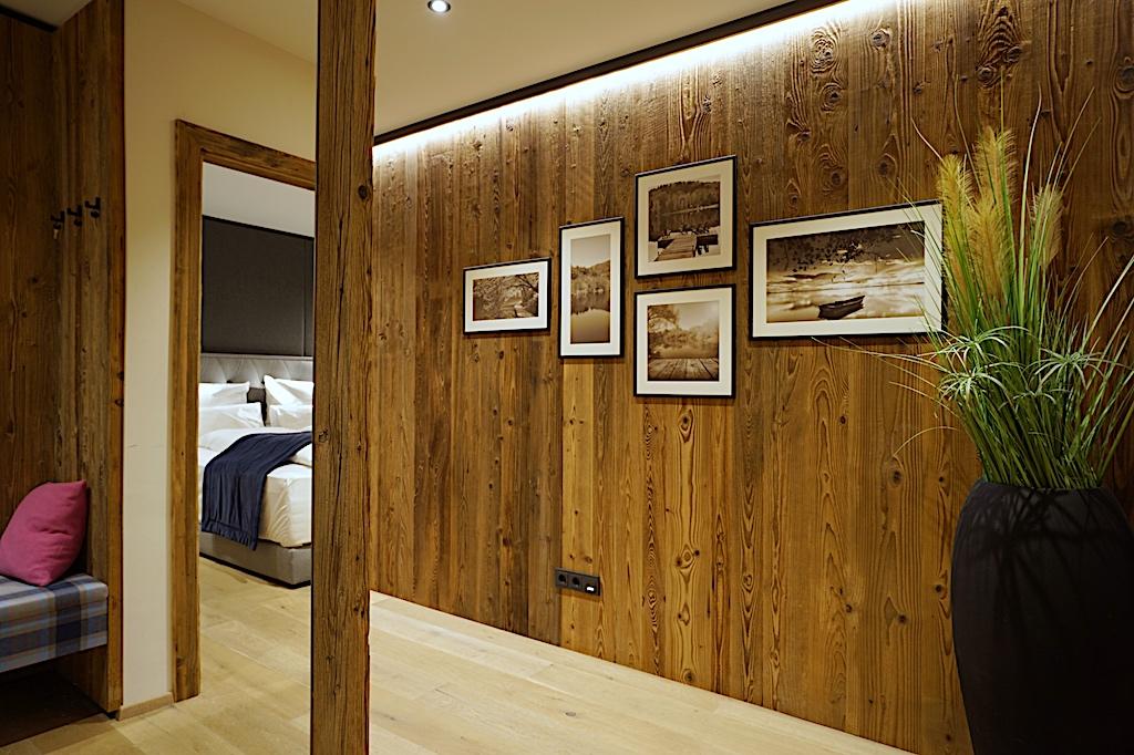 Das edel wirkende Ambiente von sonnenverbranntem Altholz, zieht sich durch das ganze Haus