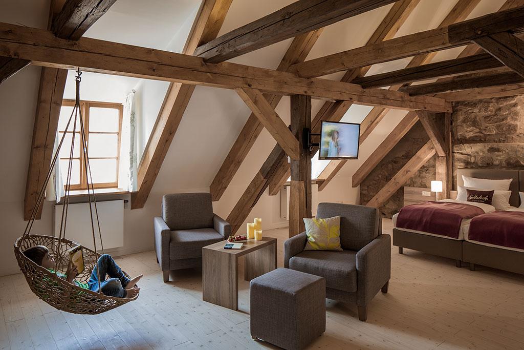 Gemütlichkeit unter altem Gebälk. Hier können sich Gäste sprichwörtlich einnisten und sich ganz zuhause fühlen / © Petra Kellner