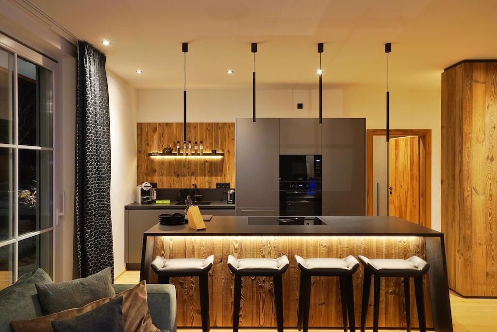In den - mit sehr hochwertigen Geräten - voll ausgestatteten Küche, ...