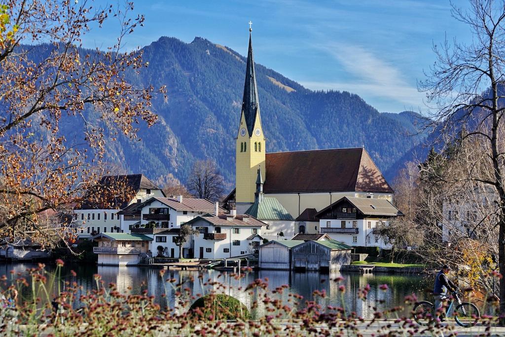 """Rottach-Egern zählt zweifelsohne zu den schönsten Gemeinden am Tegernsee. Hier sind auch die zwei exklusiven Häuser """"Althoff Seehotel Überfahrt sowie das Relais & Châteaux Park-Hotel Egerner Höfe"""" beheimatet"""