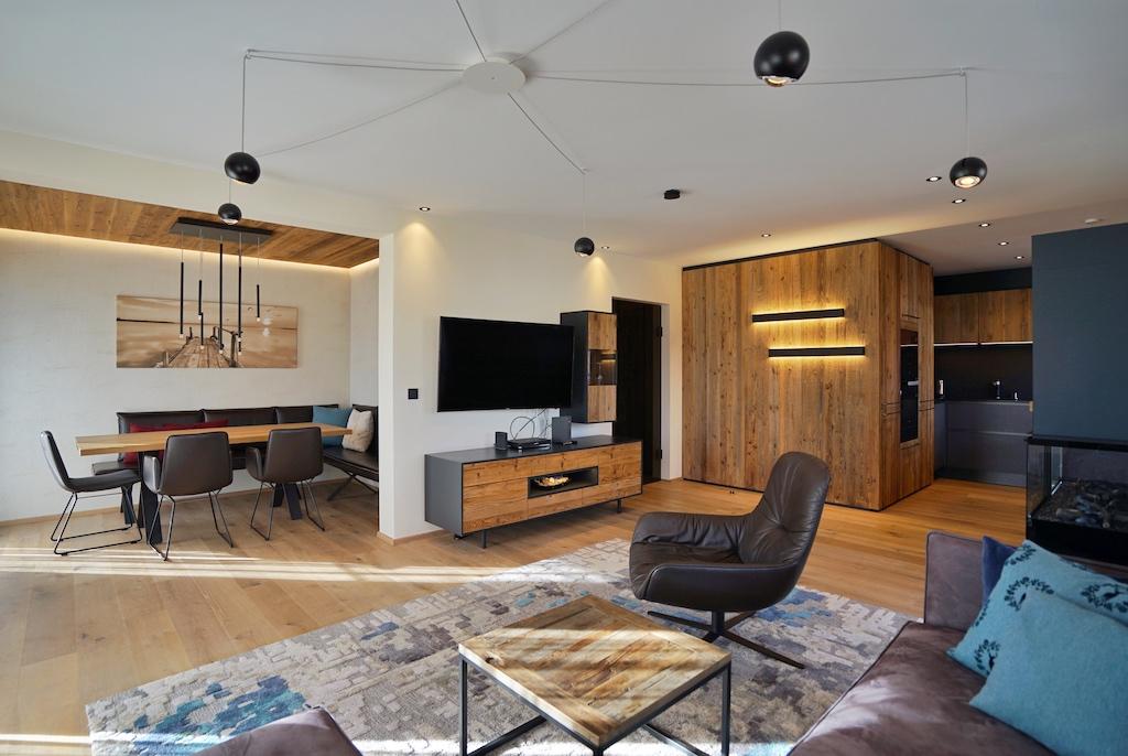 Die R6-Luxus-Apartments sind mit modernsten Entertainment Equipment ausgestattet, wie etwa Kabelfernsehen in HD, verschiedenen Streaming-Diensten ala Netflix, Apple TV und Prime Video. In einigen Wohnungen sind X-Box bzw. PlayStation zu finden