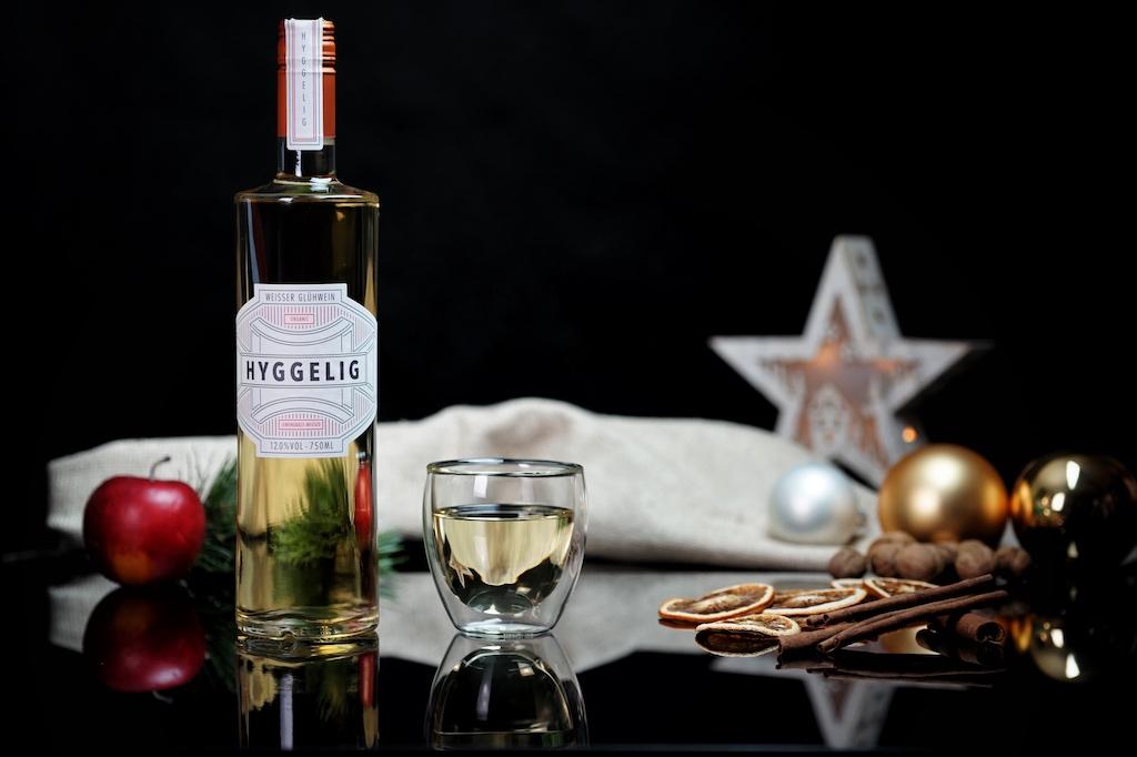 Der weiße Glühwein Hyggelig wird in einer außergewöhnlichen Flaschenform geliefert
