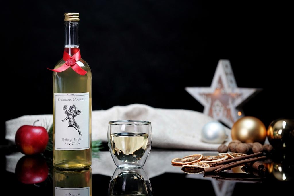 """Alle Flaschen sind handsigniert - von dem weißen Glühwein """"Heisser Engel"""" werden nur 700 Einheiten produziert..."""