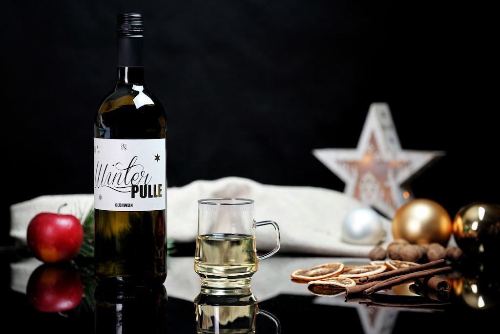 Mit 11% vol. Alkohol wartet der weiße Glühwein vom Weingut Andres auf