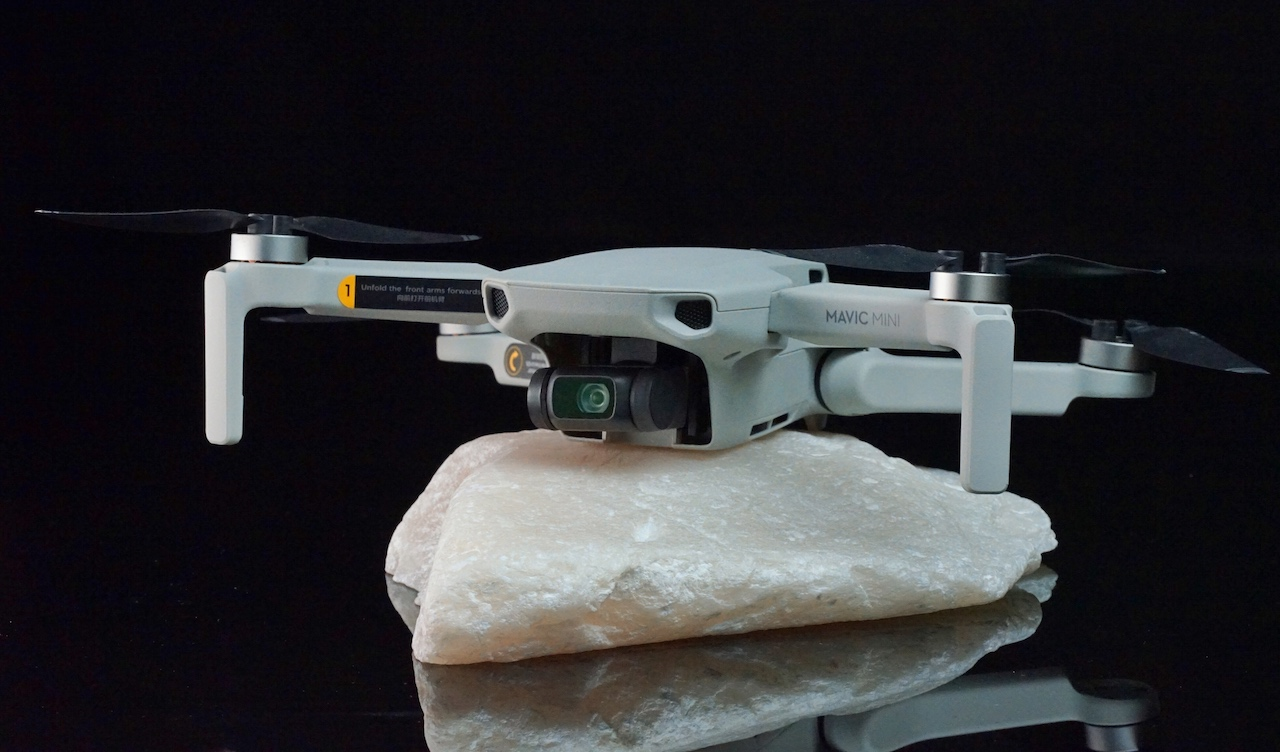 Mit einem Gewicht von unter 250 Gramm ist weder ein sogenannter Drohnenführerschein noch eine Haftpflichtversicherung verpflichtend