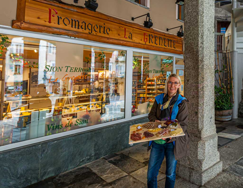 Eine Platte mit Walliser Spezialitäten aus Käse und Schinken wird mit weiteren Weinen in einer Vinothek in der Altstadt verkostet / © FrontRowSociety.net, Foto: Moritz Berg