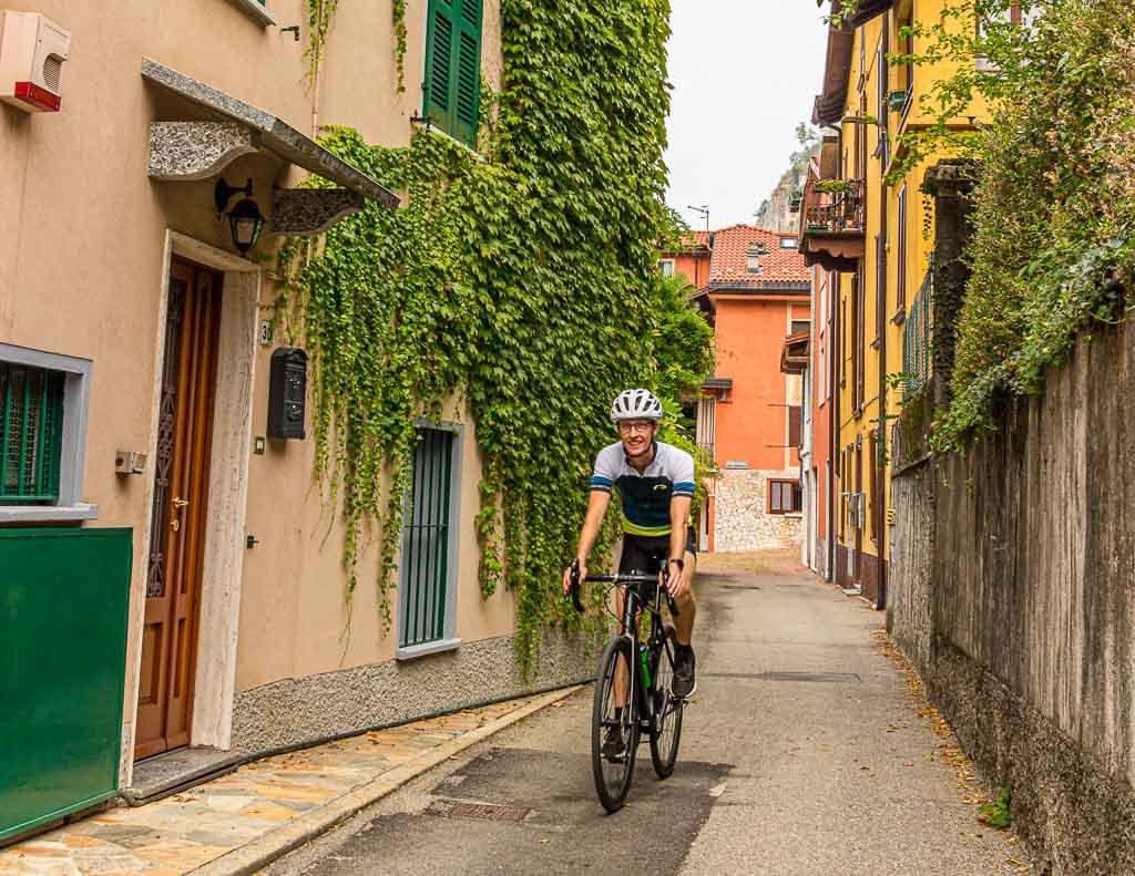Rund um den Luganer See im Tessin, macht die Fahrt durch kleine Dörfer und Gassen viel Spaß / © FrontRowSociety.net, Foto: Moritz Berg