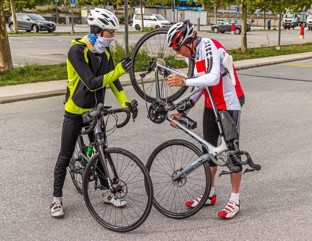 Der perfekten Radeinstellung auf der Spur. Roland Holzer und Julius Berg stellen die Räder ein, bevor es auf die Tagesetappe von Turtmann nach Albinen geht / © FrontRowSociety.net, Foto: Moritz Berg