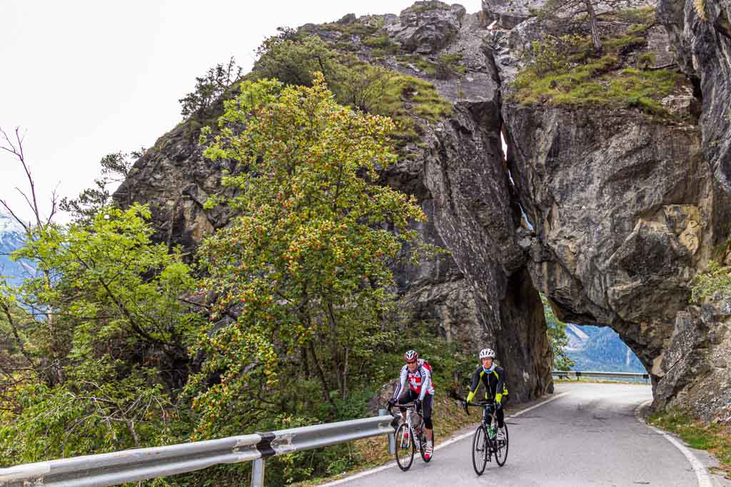 Mit dem Rennrad über den Asphalt. Sportstudent Julius Berg unterwegs mit dem Bike Guide Roland Holzer aus Albinen / © FrontRowSociety.net, Foto: Moritz Berg