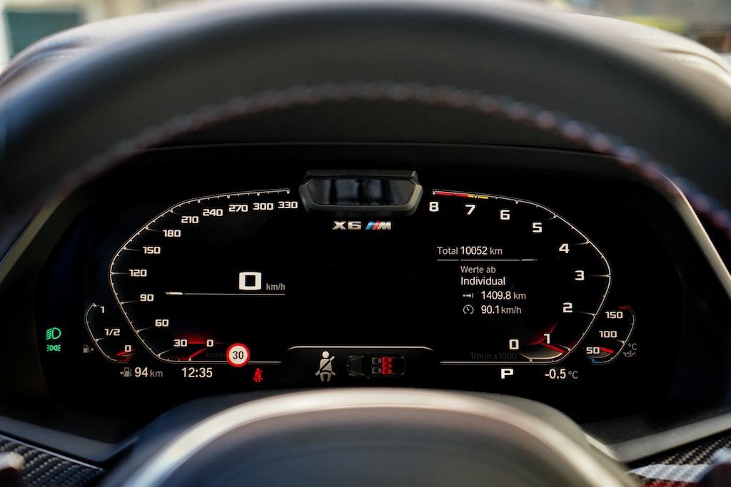 Das volldigitale Cockpit erstreckt sich über einen Größe von 12,3 Zoll. Auch hier können die Anzeigen personalisiert werden, so dass dem Fahrer nur die Werte angezeigt werden, für welcher er sich interessiert