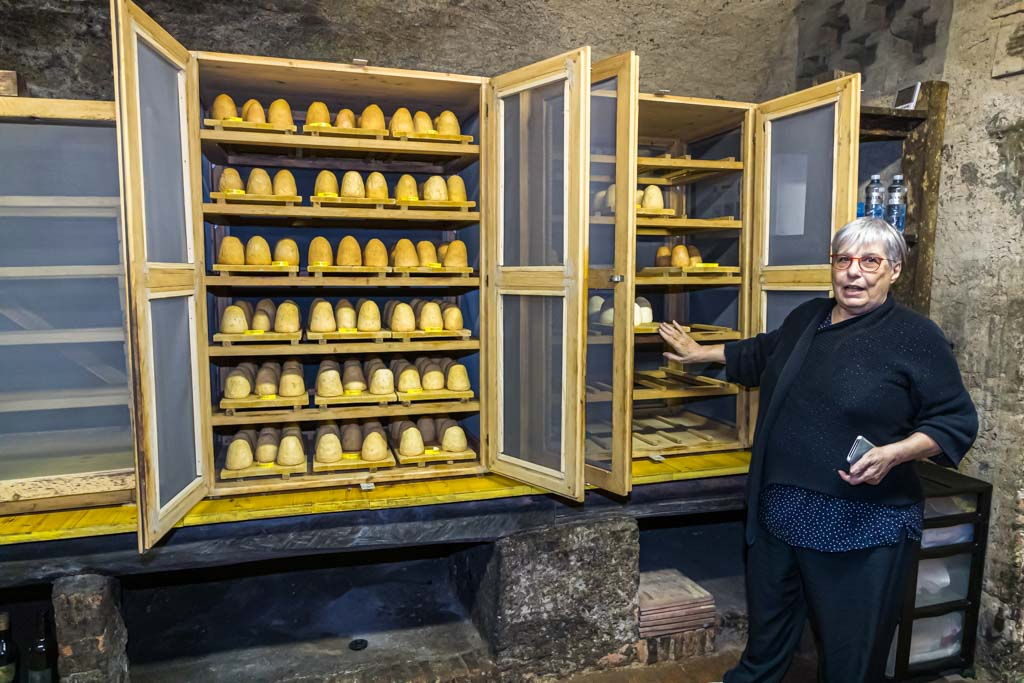 """Marialuce Valtulini in ihrem Felsenkeller, ihrer """"Cantine"""" in Salorino. In einem normalen Jahr wären alle Schränke voller kleiner Formaggini. Im Corona-Jahr 2020 ist der Absatz geringer und die Produktion heruntergefahren / © FrontRowSociety.net, Foto: Georg Berg"""