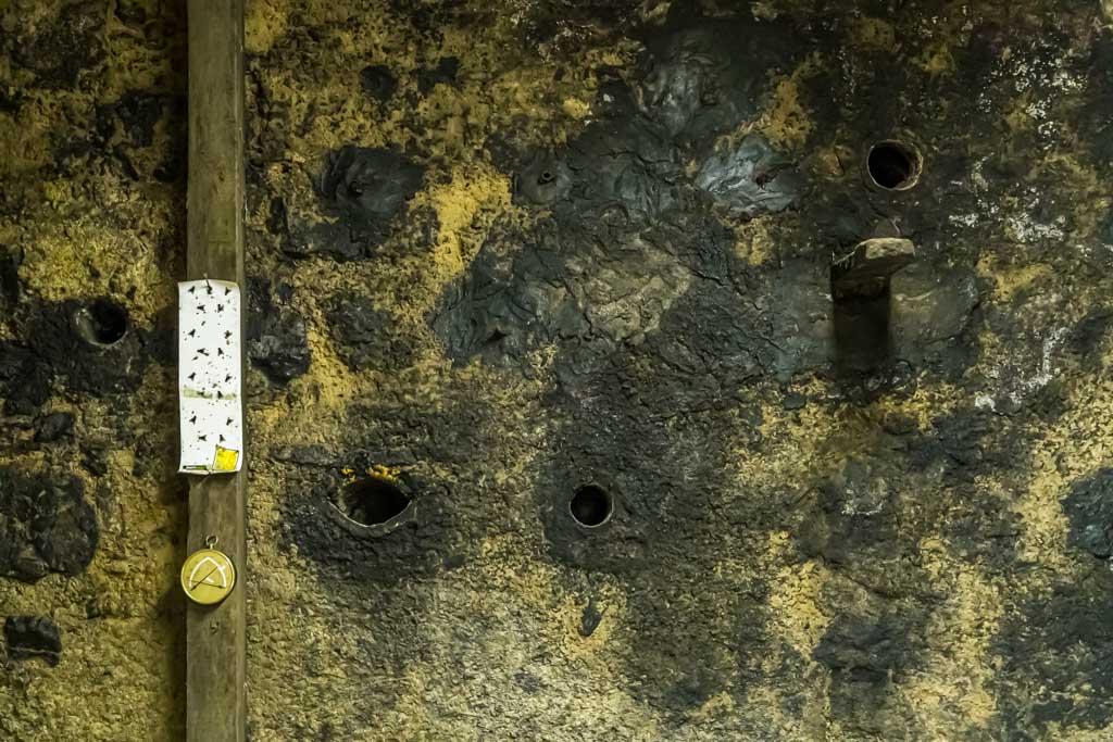 Raffinierte Belüftungstechnik. In den Fels wurden Löcher gebohrt. Auch im Sommer strömt so die kühle Luft des Berges in die Cantine / © FrontRowSociety.net, Foto: Georg Berg
