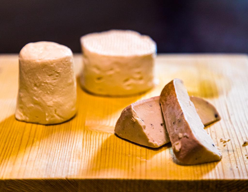 Käseplatte mit verschiedenen Reifestufen und Innovationsstufen: vom Zincarlin bis hin zum Gincarlin / © FrontRowSociety.net, Foto: Georg Berg