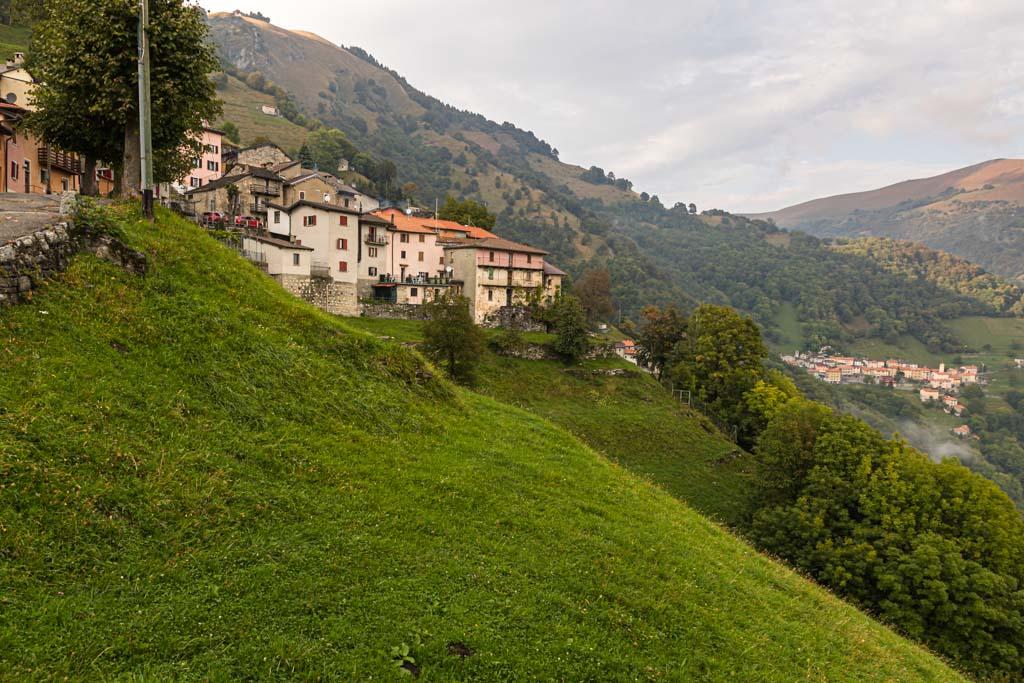 Wie an einer Perlenkette ziehen sich kleine, pittoreske Dörfer durch das Muggio Tal. Sie sind Startpunkt für zahlreiche Wanderungen durch das Tal, das an der Flanke des Monte Generoso verläuft / © FrontRowSociety.net, Foto: Georg Berg