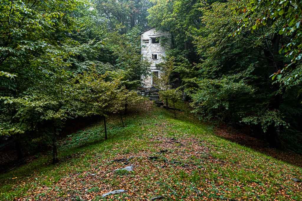 Versteckt zwischen den Bäumen, auf eine Höhe von 950 Meter steht der Roccolo Meri, der Vogelturm von Scudellate. Der Turm wurde restauriert und ist zu bestimmten Zeiten auch zu besichtigen / © FrontRowSociety.net, Foto: Georg Berg