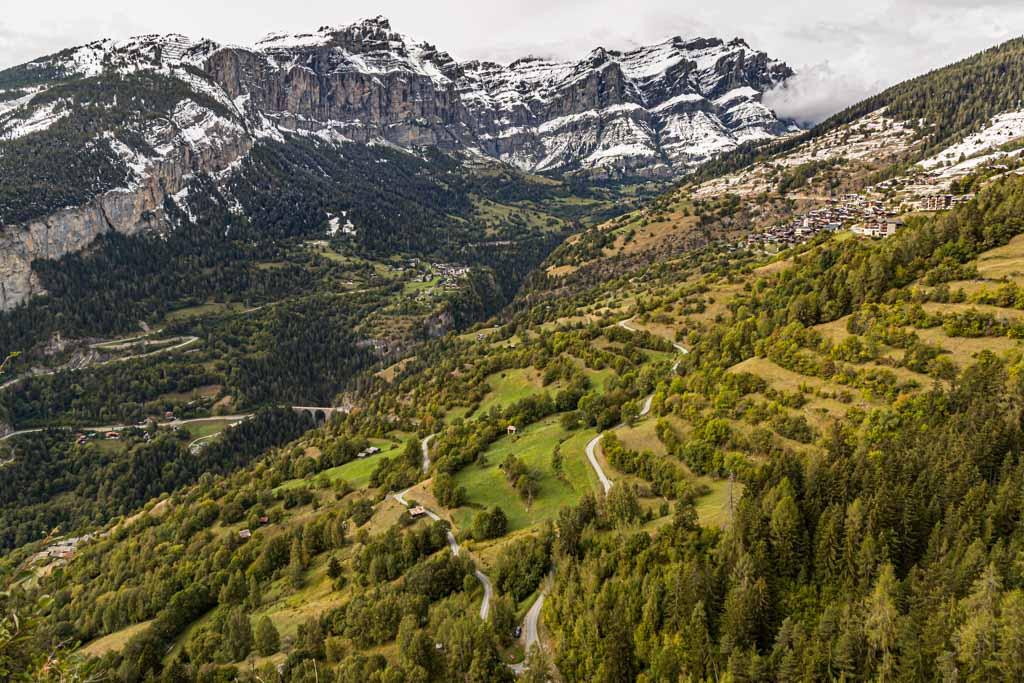 Im Rhonetal kann man flache Etappen durch die Ebene mit steilen Pässen hinaus bis auf 2.600 Meter kombinieren / © FrontRowSociety.net, Foto: Georg Berg