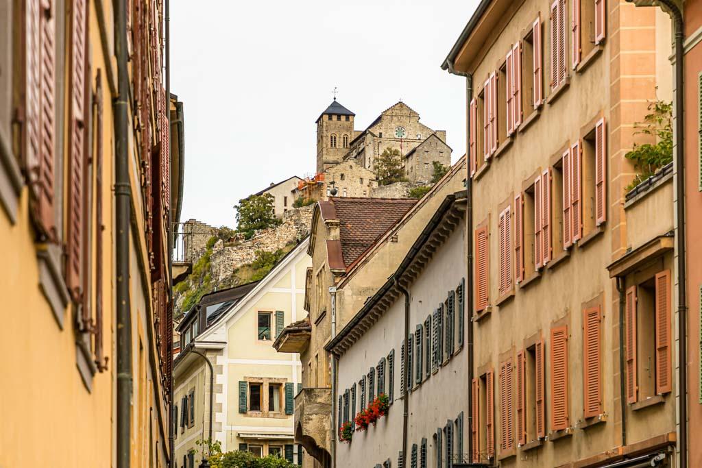 Sion, ist Wallis' Kantonshauptstadt und auch unter dem deutschen Namen Sitten bekannt. Über der Stadt thronen die Burgen Valère und Tourbillon / © FrontRowSociety.net, Foto: Georg Berg