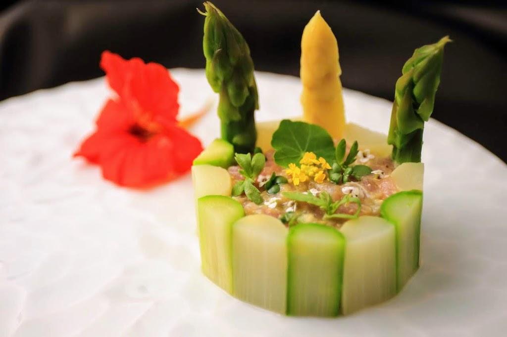Weiße / grüne Spargel Charlotte mit Thunfisch und Avocado-Tartar