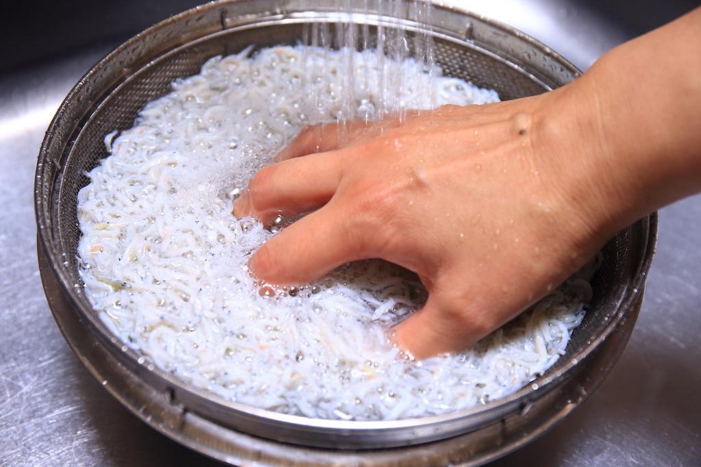 Nun wird der Chirimenjako zubereitet