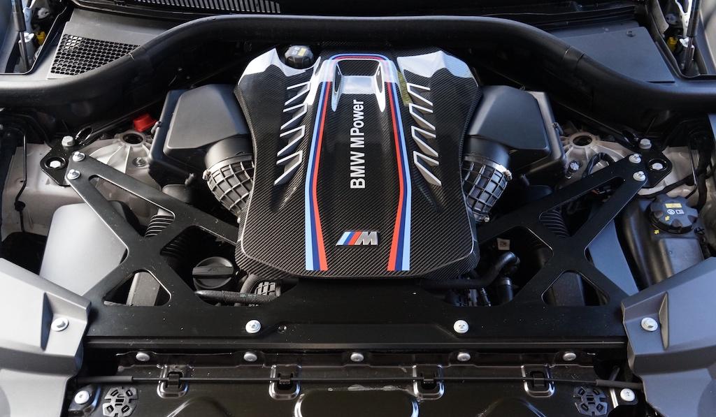 Hier arbeitet ein V8-Biturbo-Benziner mit 4,4 Litern Hubraum, der eine Leistung von 625 PS bei 6.000 Umdrehungen generiert. Das Drehmoment liegt bei kraftvollen 750 Nm (bei 1.800 - 5.800 Umdrehungen)