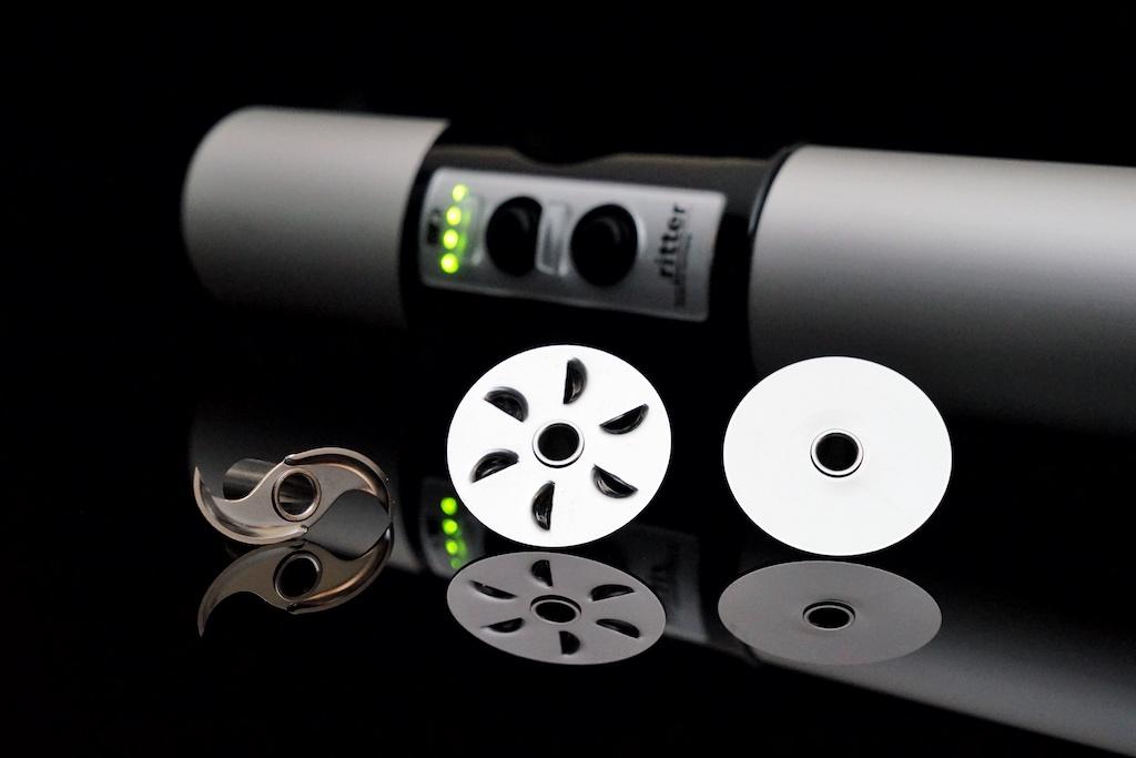 Das Universalmesser ist bei Lieferung eingesetzt, es kann aber jederzeit gegen das Schneidemesser, die Schlagscheibe oder die Rührscheibeausgetauscht werden
