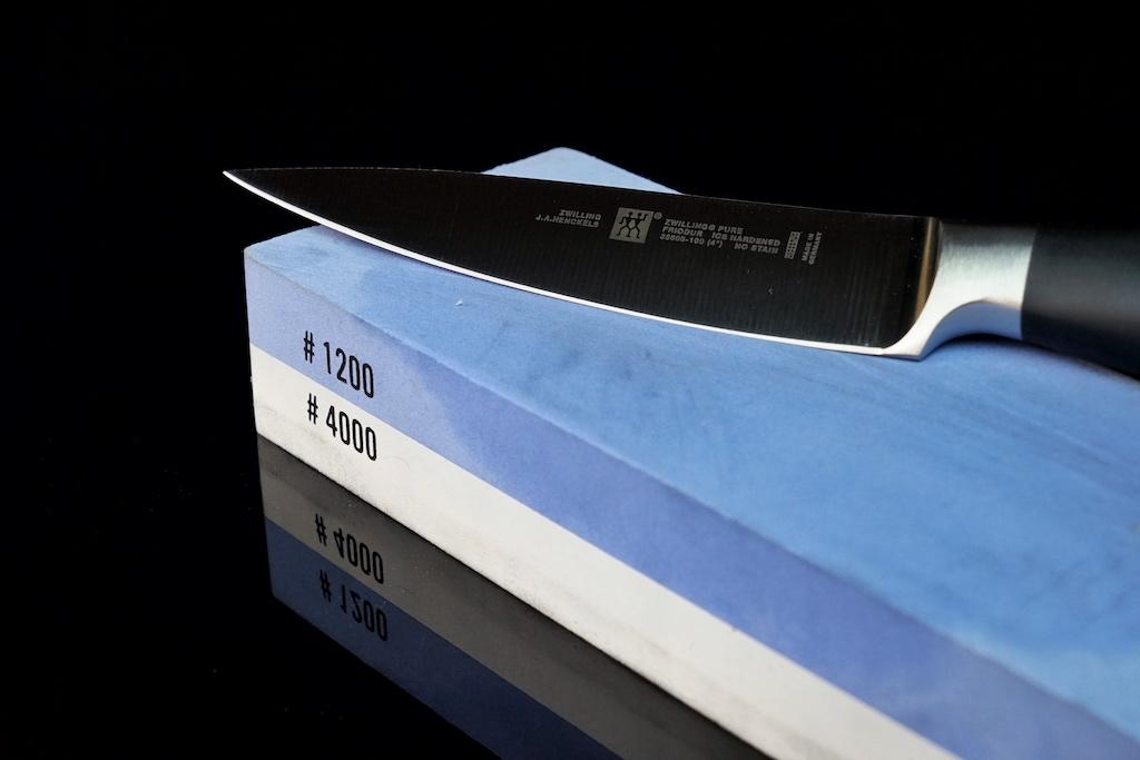 Beim Messerschleifen auf dem Schleifstein ist der 15 Grad Winkel einzuhalten